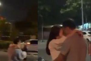 Đang đi, đôi nam nữ chợt dừng xe hôn nhau như 'đóng phim nóng' giữa đường ở Sài Gòn