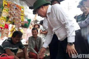 Phó Thủ tướng mua hết lạc để người bán hàng rong về sớm chống bão
