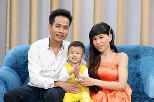 Chồng trẻ rơi nước mắt thương vợ khuyết tật đang mang thai vẫn gắng làm việc nhà