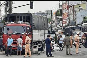 Xe tải tông hàng loạt xe máy đang dừng chờ đèn đỏ, 4 người bị thương