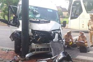Ôtô khách lao lên vỉa hè, nhiều người bị thương