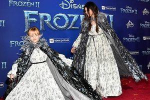Selena Gomez tết tóc xinh đẹp, âu yếm hôn em gái trên thảm đỏ Frozen 2
