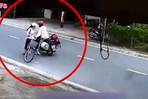 Trên đường đi học, bé gái 11 tuổi bị gã thanh niên chặn xe giở trò đồi bại