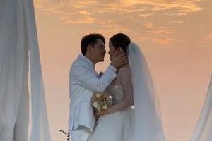 Ông Cao Thắng ngọt ngào hôn môi Đông Nhi trong lễ cưới