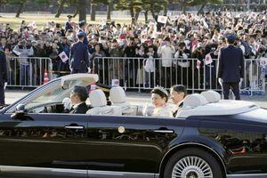 Nhật hoàng và Hoàng hậu ngồi xe diễu hành trên đường phố Tokyo