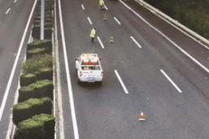Ôtô mất lái tông vào xe cảnh sát trên cao tốc