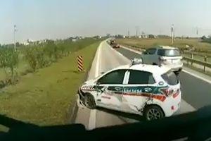 Ôtô 4 chỗ vượt ẩu bị xe tải đâm kéo lê cả chục mét