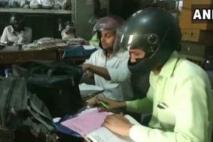 Sợ nhà sập bất cứ lúc nào, nhân viên đội mũ bảo hiểm khi làm việc