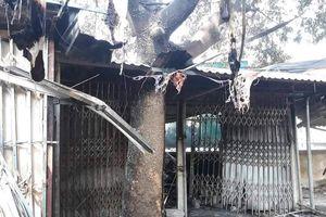 'Bà hỏa' thiêu rụi nhiều ki ốt trong chợ ở Hòa Bình, bé 8 tuổi tử vong