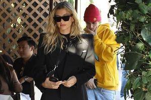 Justin Bieber lặng lẽ 'hộ tống' vợ xinh đẹp đi ăn trưa dịp cuối tuần