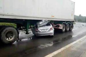 Ô tô 4 chỗ bị đè bẹp dưới gầm xe containe, 2 người chết trong cabin