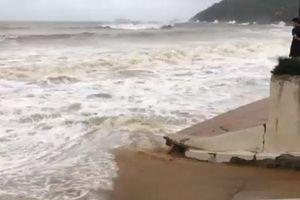 Bão số 6 áp sát đất liền, sóng biển lên cao gần 7m