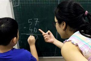 Cha mẹ ngồi kèm con học là thất bại của giáo dục?