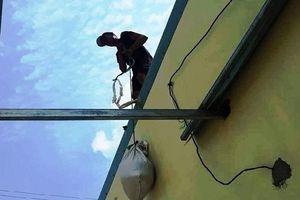 Bình Định: Gia cố mái nhà chống bão số 6, người đàn ông trượt ngã tử vong