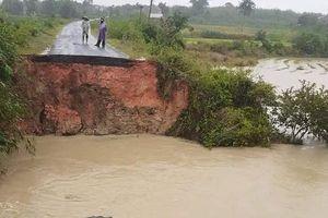 Mưa lớn, giao thông chia cắt, hàng trăm hộ dân bị ngập, hồ đập bị đe dọa