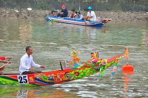 Nghìn người đứng kín bờ sông mê mải xem đua ghe ngo ở Sóc Trăng