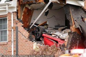 Xe sang Porsche 'bay' lên tầng hai ngôi nhà, hai người tử vong