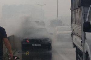 Mercedes bốc cháy ngùn ngụt ở đường trên cao