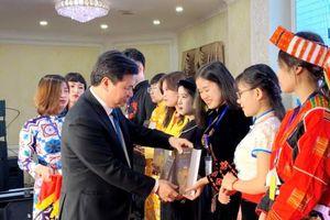 Thứ trưởng Nguyễn Hữu Độ gặp gỡ các em học sinh, sinh viên dân tộc thiểu số