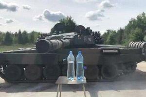 Kinh ngạc với khả năng mở nắp chai hoàn hảo bằng nòng súng của xe tăng