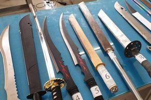 Hàng chục giang hồ nhí 'huyết chiến' bằng kiếm, mã tấu và bom xăng ở Sài Gòn