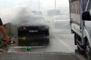 Xe Mercedes bất ngờ bốc cháy, tài xế may mắn thoát chết