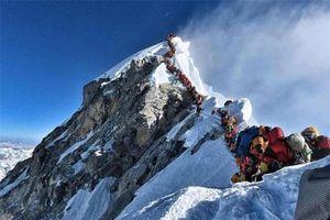 'Tắc đường' lên đỉnh Everest, người leo núi đối mặt tử thần