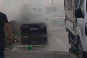 Xe sang Mercedes bốc cháy trên đường vành đai 3, tài xế vội chạy ra ngoài thoát nạn