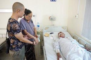 Nhiều người tìm đến bệnh viện giúp đỡ cụ ông 80 tuổi bị tài xế xe ôm hành hung rạn xương sườn, chấn thương nặng