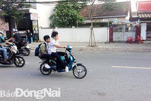 Cần có biện pháp quản lý học sinh đi xe đạp điện