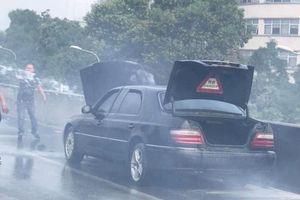 Ô tô Mercedes bốc cháy dữ dội trên đường vành đai 3 trên cao, tài xế bung cửa thoát thân