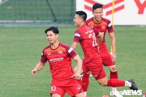 Tuyển Việt Nam cười thả ga với bài tập lạ, thoải mái tinh thần đấu UAE