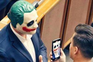 Nghị sĩ Ukraine đeo mặt nạ Joker đến họp Quốc hội