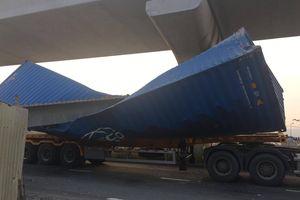 Xe container kéo sập dầm bê tông của công trình hầm chui xa lộ Hà Nội, giao thông ùn ứ kéo dài