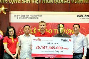 Trúng Vietlott 26 tỷ đồng, khách hàng hào phóng tặng nhân viên Vinmart+ 30 triệu đồng