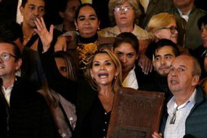 Thượng nghị sĩ Bolivia tự tuyên bố là tổng thống lâm thời