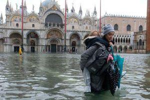 Khách du lịch bì bõm lội nước… khi tới Venice, Italy