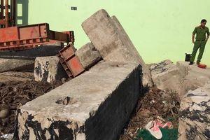 Khối bê tông rơi đè trúng công nhân