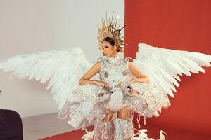Hoàng Thùy chật vật thử 3 bộ quốc phục trước thềm Miss Universe
