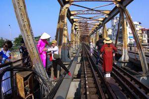 Hà Nội: Rào chắn cầu Long Biên ngăn khách du lịch chui vào đường tàu