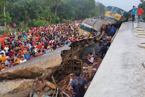 Tàu hỏa đâm nhau, toa chở khách bị xé toạc, hơn 100 người thương vong