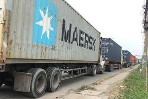 Quốc lộ 13 'tê liệt' vì hải quan soi hàng giả xe container