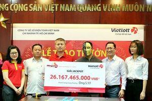 Khách hàng Vietlott tặng nhân viên bán hàng Vinmart+ 30 triệu đồng