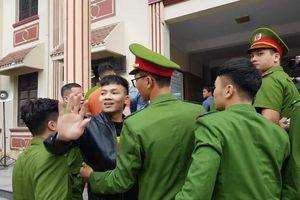 Clip Khá Bảnh vui tươi khi ra tòa, vẫy tay chào người quen như đi họp fan