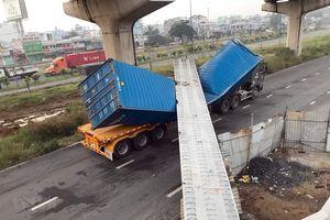 TP.HCM: Xe container kéo sập dầm bêtông cầu bộ hành đang thi công