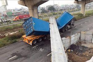 Đang xác định nguyên nhân xe container kéo sập dầm cầu bộ hành tại TP Hồ Chí Minh