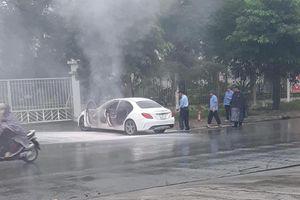 Hà Nội: Xế sang Mercedes bốc cháy dữ dội bên đường, cảnh sát đến dập lửa nhưng không thấy chủ nhân