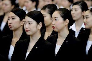 Phụ nữ Nhật đòi quyền đeo kính đi làm