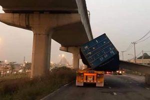 Dầm bê tông ở cầu bộ hành rơi, đè bẹp xe container