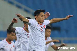 Không còn thân hình 'cò hương', Đoàn Văn Hậu chẳng ngại cầu thủ UAE cao to